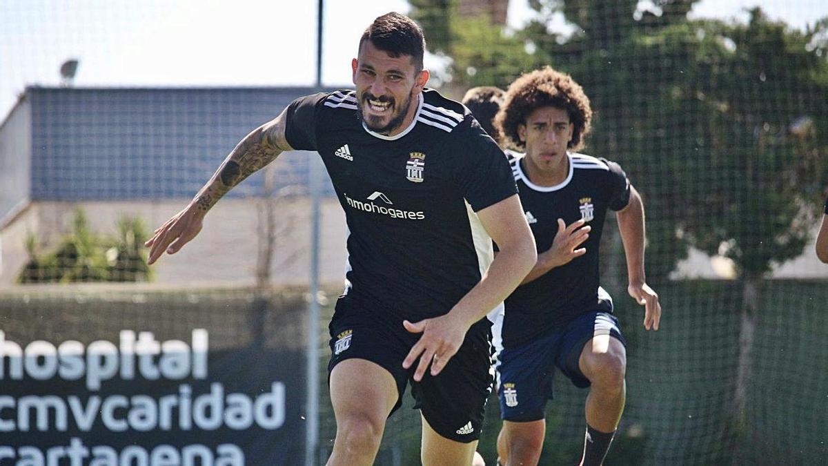 El central Datkovic, del FC Cartagena, durante un entrenamiento esta semana.    PRENSA FC CARTAGENA