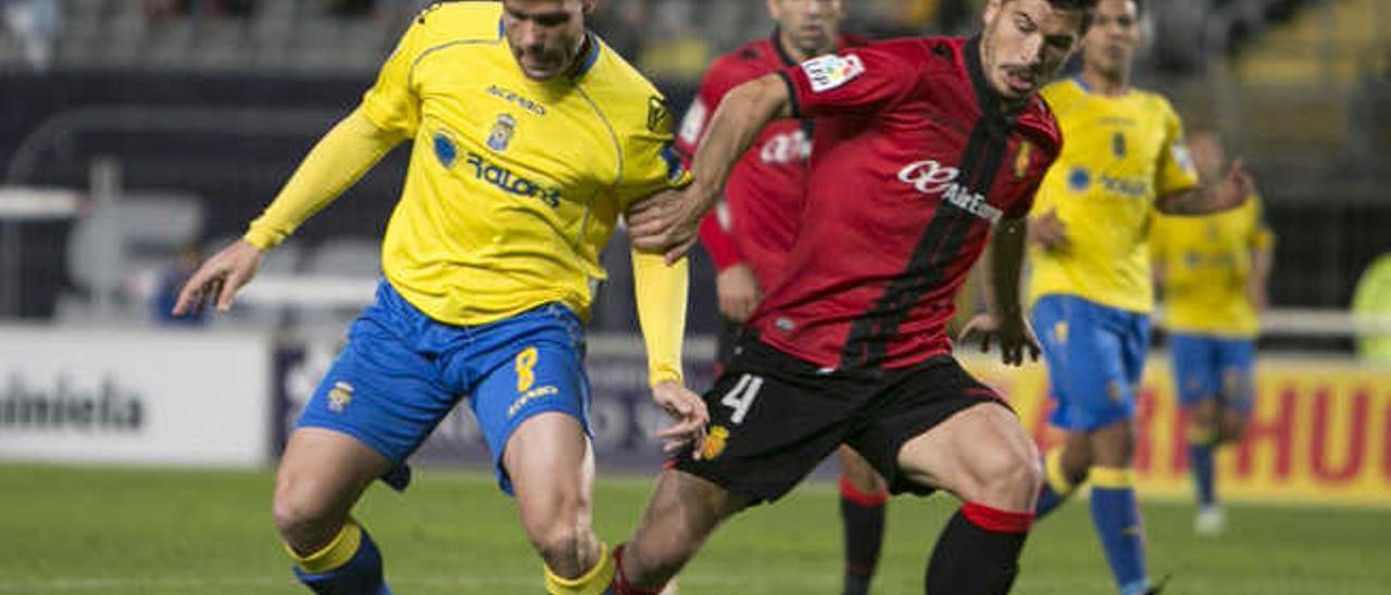 Ortuño controla el balón durante el partido ante el Mallorca.