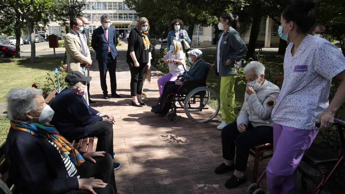 La consejera Isabel Blanco, al fondo, durante su visita a una residencia de mayores en León.