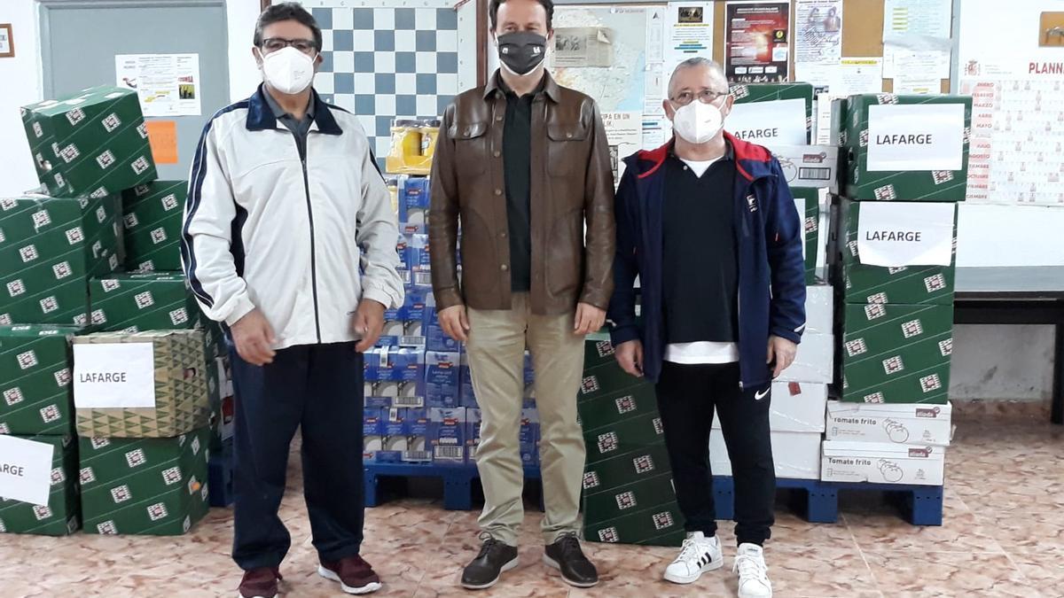 El director de la compañia en Sagunt, en el centro, con representantes vecinales