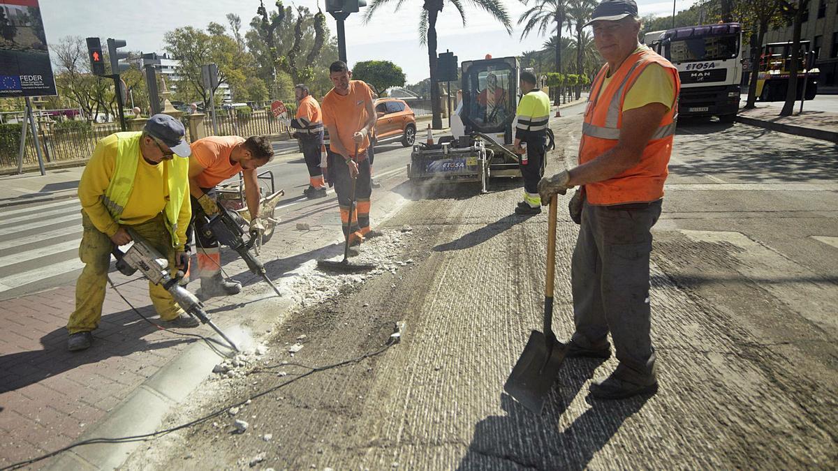 Obras de asfaltado y reposición del pavimento en la Avenida Infante Juan Manuel, en 2019.  ISRAEL SÁNCHEZ
