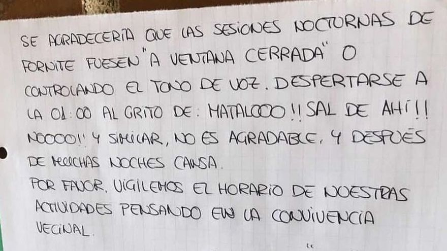 """Un vecino harto se hace famoso por su cartel:  """"Despertarme con los gritos ¡MÁTALO!, ¡SAL DE AHÍ! o ¡NOO! no es agradable"""""""