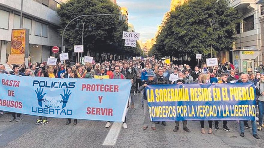 Cien denunciados en una protesta   de policías negacionistas en València