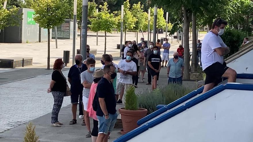 Los aficionados hacen cola en las oficinas del club en el primer día de renovaciones.