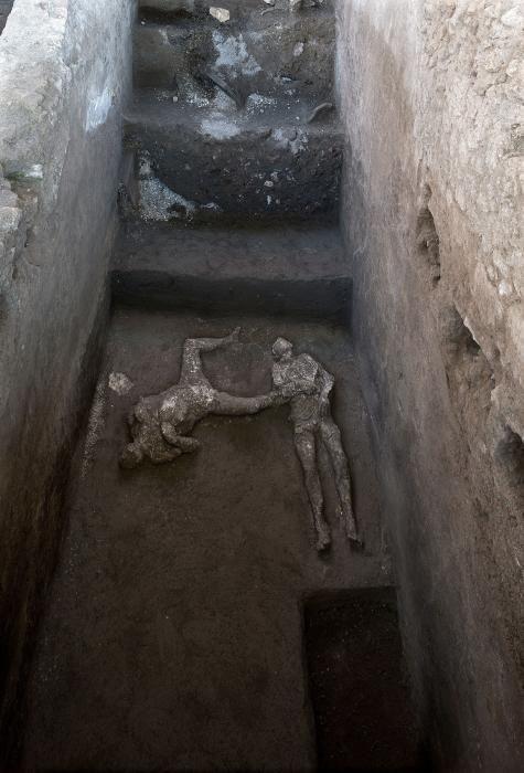Hallan en Pompeya dos cuerpos con sus ropas.