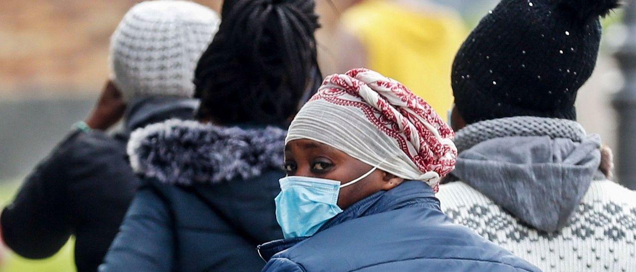 Jóvenes africanas acogidas en el albergue de la Cruz Roja de Irún caminan este martes por las calles de la localidad fronteriza con Francia.