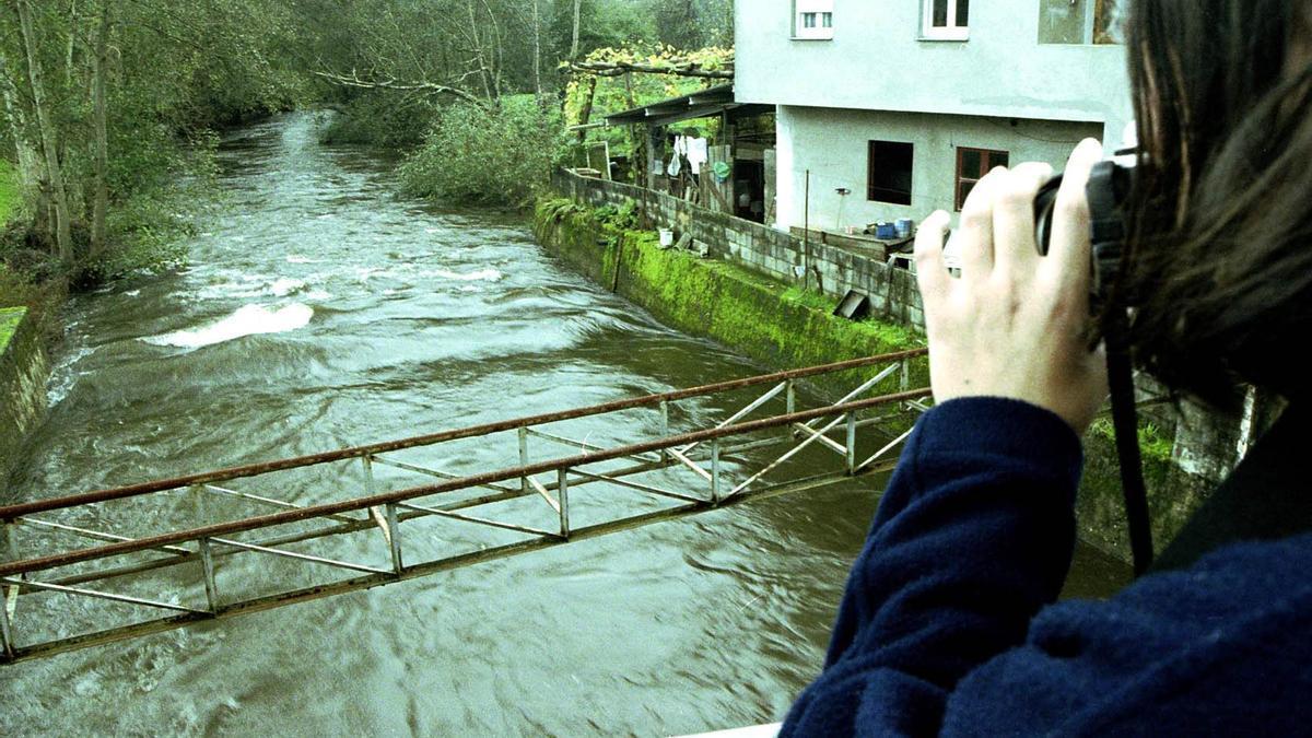 Crecida del caudal de un río en la comarca coruñesa. / LOC