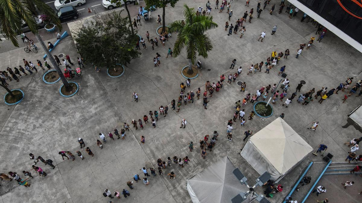 Ciudadanos esperan por horas para recibir la vacuna contra la covid-19.