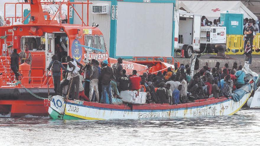 """Escrivá ve """"complicado"""" dar una solución a la migración"""
