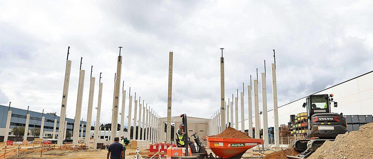 Estado de la construcción de la planta fe Friotea, ayer en As Gándaras.   ALBA VILLAR