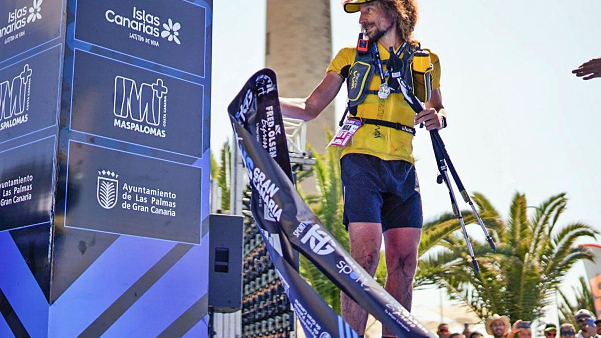Luca Papi, en la meta de la Transgrancanaria en el Faro de Maspalomas tras ganar la pasada edición de la 360º. | | LP/DLP