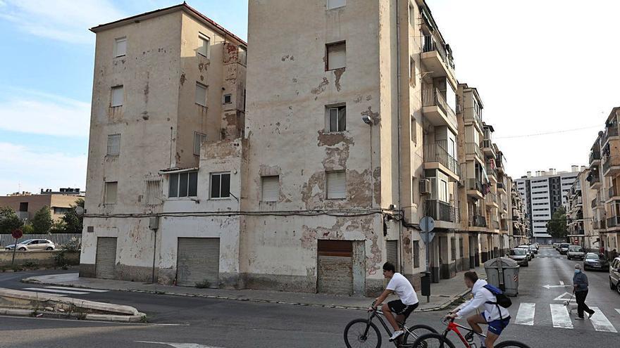 Vecinos de San Antón retiran de sus fachadas la publicidad que colgaron sin permiso