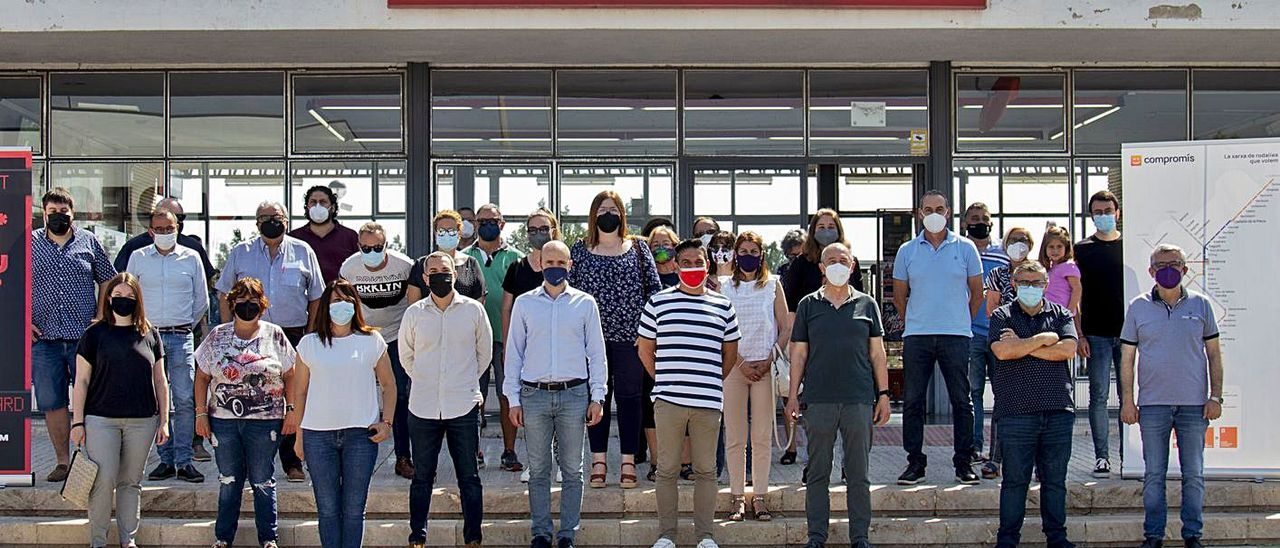 Càrrecs públics de Compromís, ahir al migdia, a l'estació de trens de Tavernes de la Valldigna.                 JORDI ESTEVAN