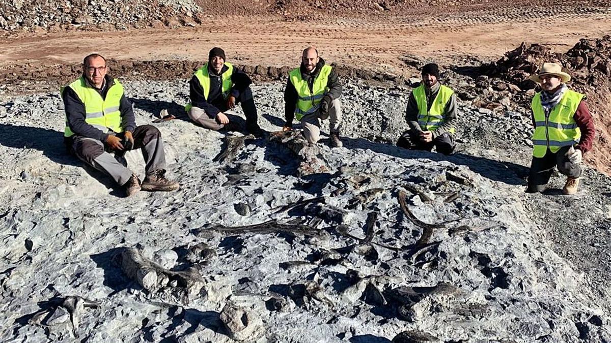 El equipo de investigación en las minas de arcilla de Morella.  | A. MORELLA