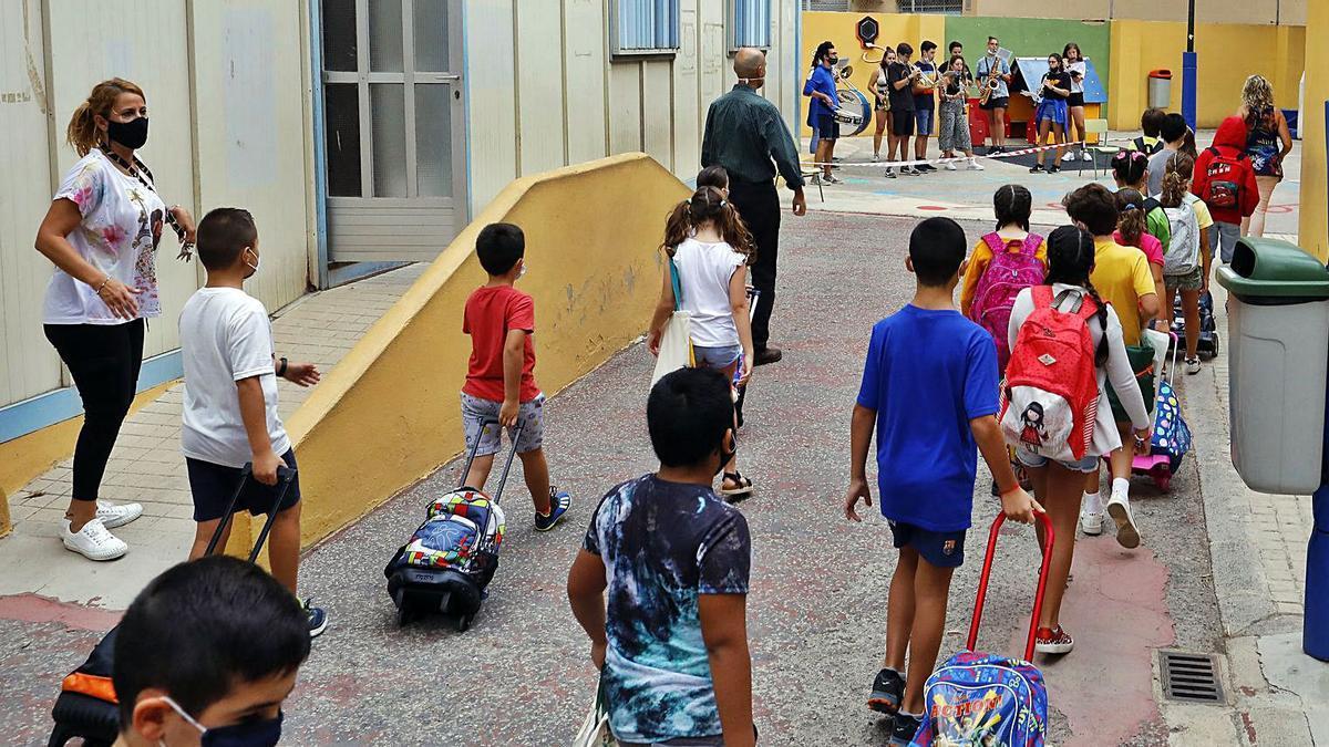 Control de temperatura a escolars en la tornada al col·le, al pati de l'escola. | FRANCISCO CALABUIG