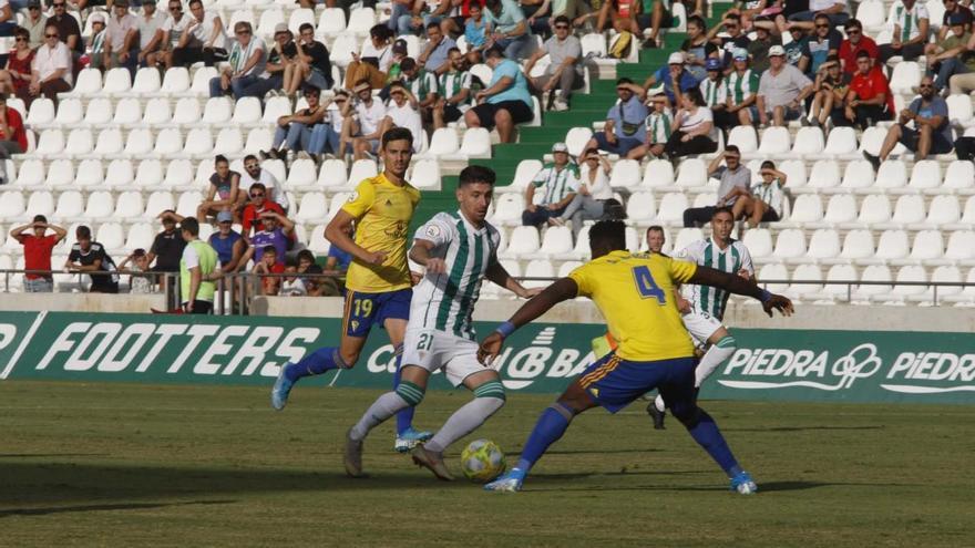 El Córdoba CF gana con un gol en el descuento a un rácano Cádiz B (1-0)