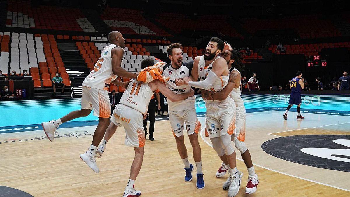 Los jugadores del Baskonia se abrazan y saltan para celebrar la victoria en la final contra el Barcelona.