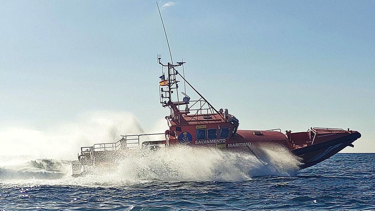 Imagen de archivo de una embarcación de Salvamento Marítimo operando en el litoral de Canarias.