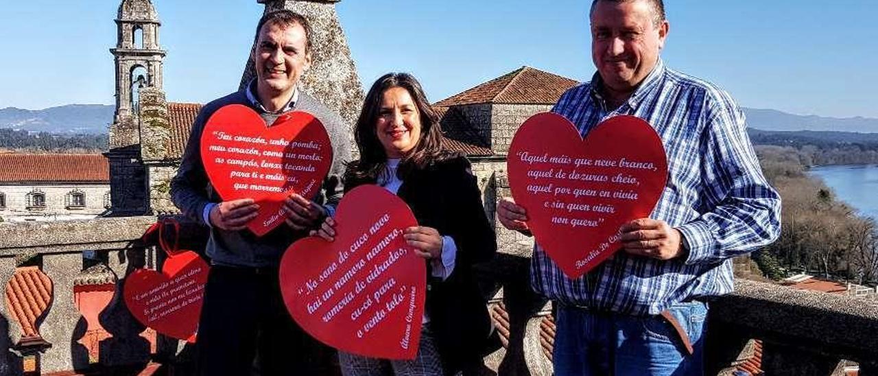 Enrique Cabaleiro, Ana Mª Núñez y Laureano Alonso, con los corazones poéticos. // E. G.