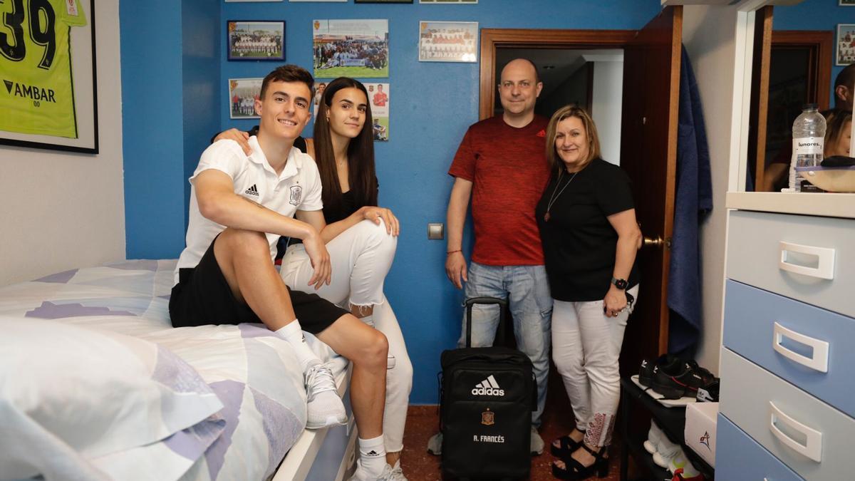 Francés, con su hermana y sus padres en el domicilio familiar, en Zaragoza.