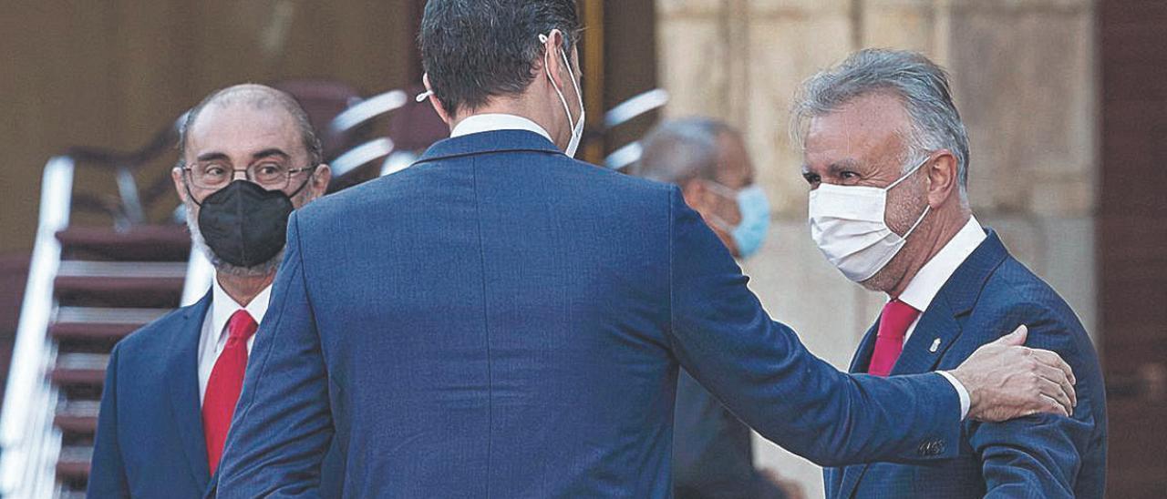 Pedro Sánchez saluda a Ángel Víctor Torres en la Plaza Mayor de Salamanca ante de la Conferencia de Presidentes.     EFE