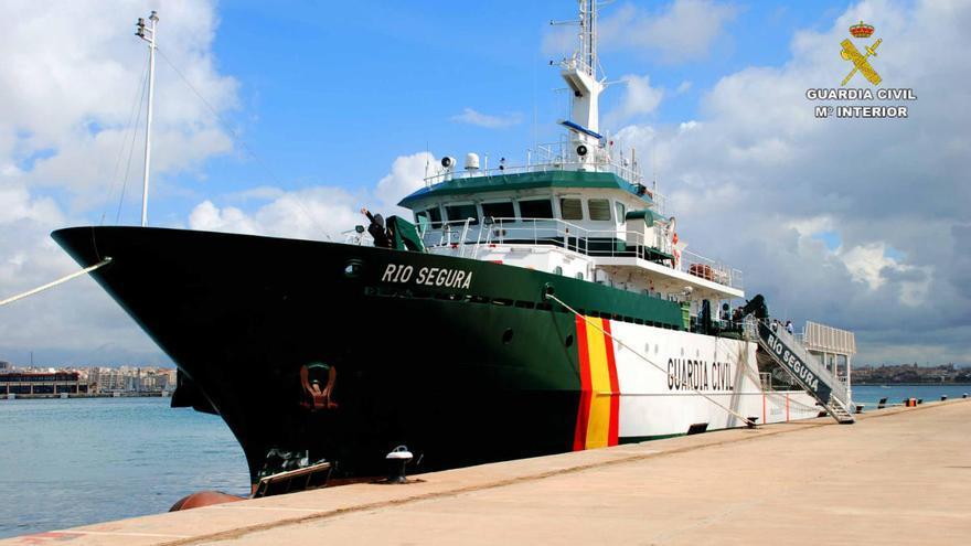 Un velero rescata a un migrante en el mar en Formentera y localiza una patera con seis más