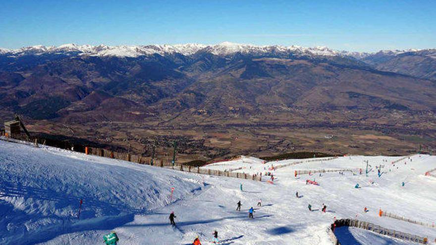 El bon clima i la falta de neu al pirineu francès afavoreixen les estacions gironines