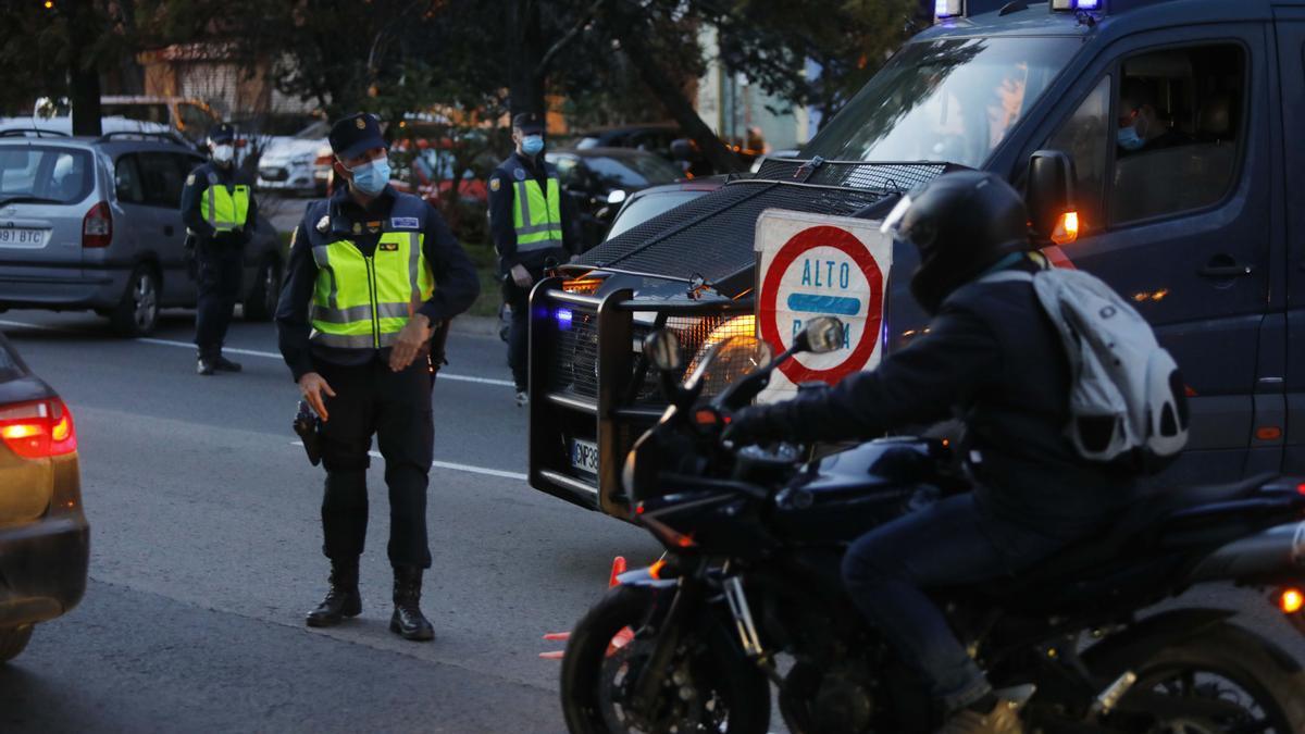 Control de la Policía Nacional durante el primer día de confinamiento perimetral de València.