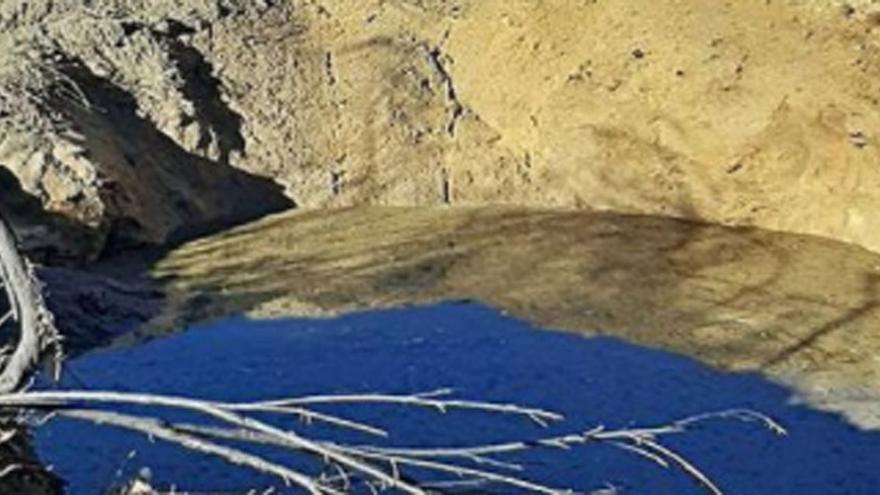 Vertido de una fosa séptica junto al embalse de Salas