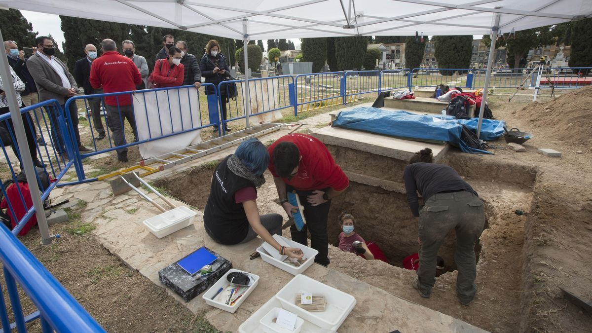 Exhumation work in pit X of the Cemetery, where 11 reprisals of the Franco regime are being sought.