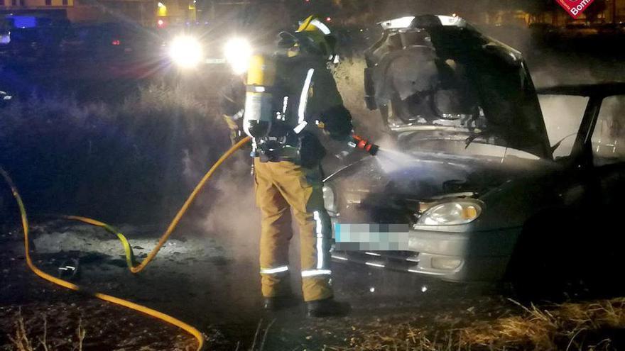Un coche se incendia de madrugada en Carrús