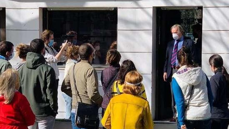 El colectivo de españoles atrapados en Uruguay logra audiencia en la Embajada