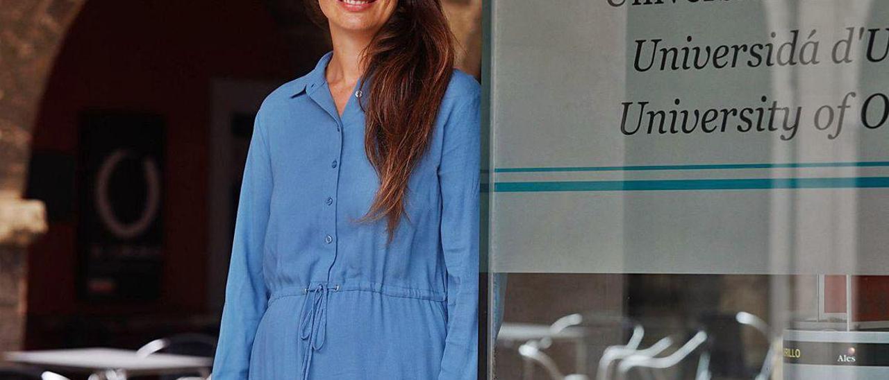 La castrillonense Gloria García Fernández, doctora en Psicología, ante el Centro de Servicios Universitarios.