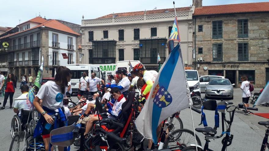"""Los primeros ciclistas completan la marcha solidaria """"700 camisetas contra la leucemia"""""""