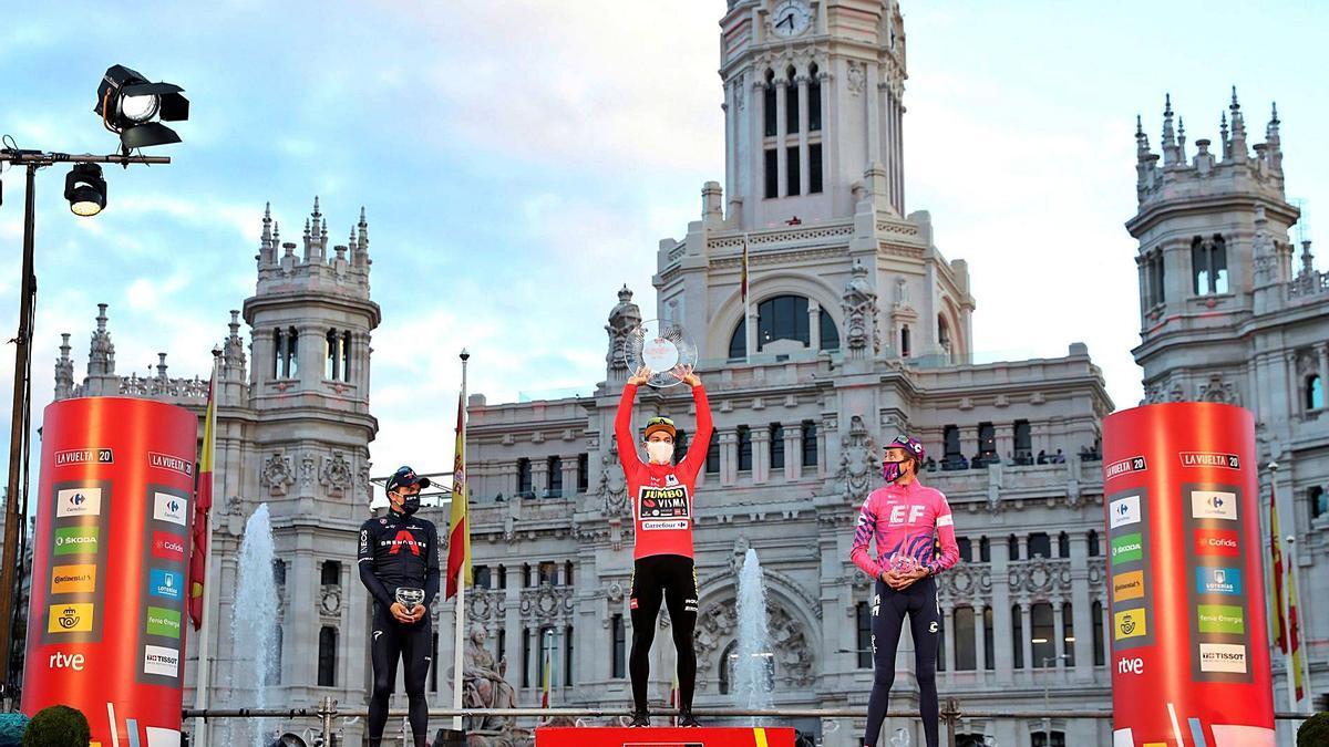 Carapaz, Roglic y Carthy, en el podio montado en Cibeles.    // KIKO HUESCA
