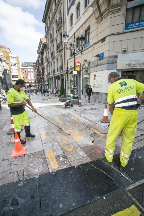 "Oviedo comienza a borrar los polémicos carriles bici ""experimentales"""