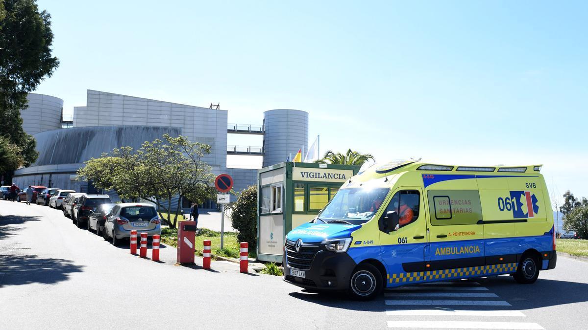 Una ambulancia entra en el hospital de Montecelo, en Pontevedra.