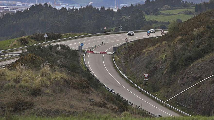 Urgen reabrir el acceso de la autovía a La Luz, 2 meses cerrado por un argayo