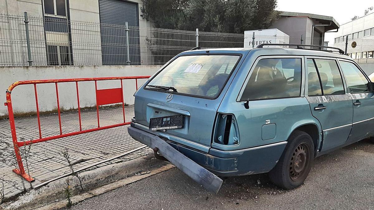 Un vehículo abandonado en el polígono industrial de Manacor.