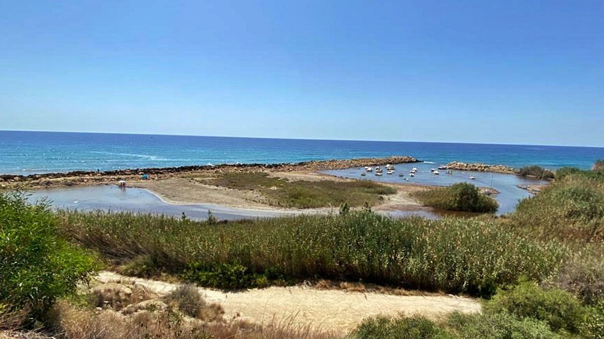 Cala Baeza, cuyo dragado para su recuperación se aprovechará para regenerar la vecina playa de Lanuza.   J.A.RICO