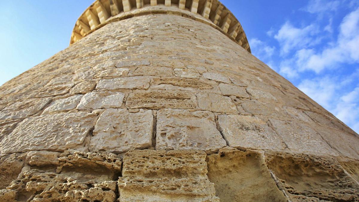 Las piedras areniscas de la torre -en primer término- son las que más se han deteriorado frente a las calizas, que se conservan mejor. | MANUEL R. SALA