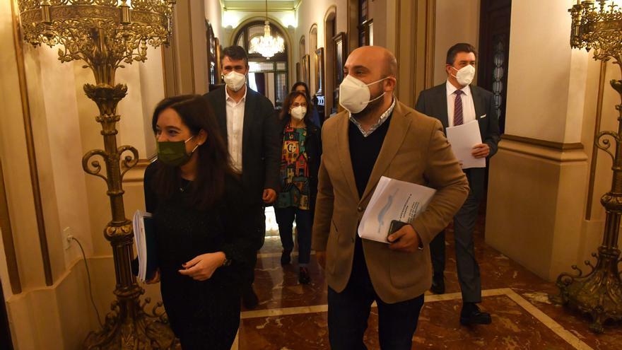 El Concello aprueba los convenios sin admitir que se debatan las enmiendas de PP y Marea