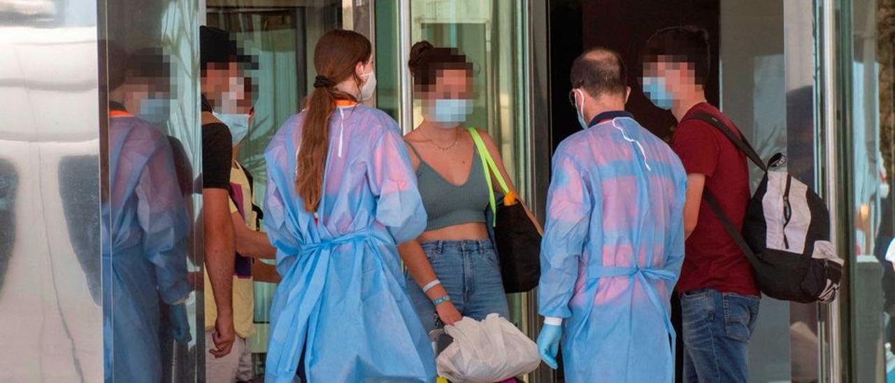 Un grupo de jóvenes a su llegada al hotel Palma Bellver, donde quedaron confinados.