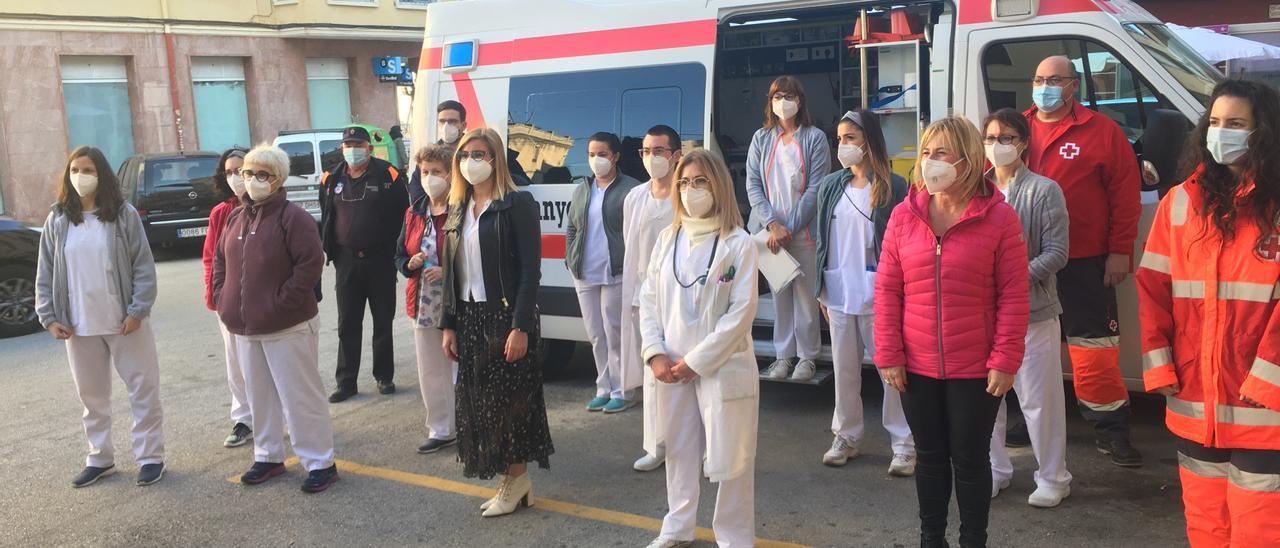 Sanitarios del centro de salud de Petrer con la alcaldesa y la edil del área durante la campaña de vacunación de los grandes dependientes.