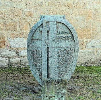 El ancla de la Marina (izquierda), estatua de Rei Afonso Henriques (centro) y monumento a Pablo Morillo (derecha). | Ana R. Burrieza