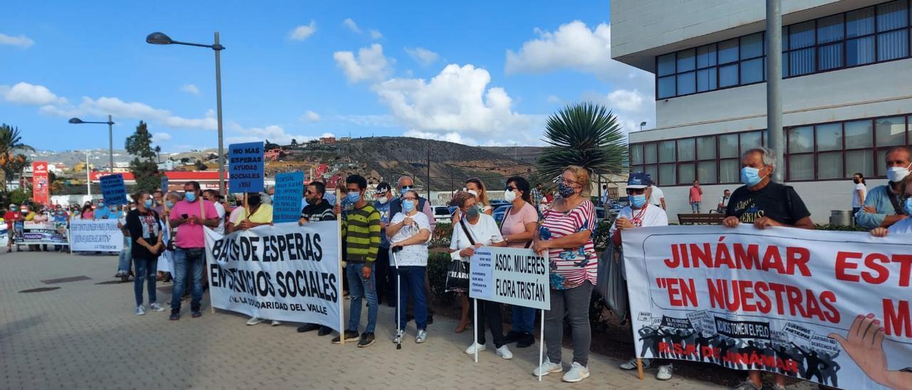 """Protesta de los vecinos de Jinámar: """"Alcaldesa, no te puedes esconder, te vamos a encontrar"""""""