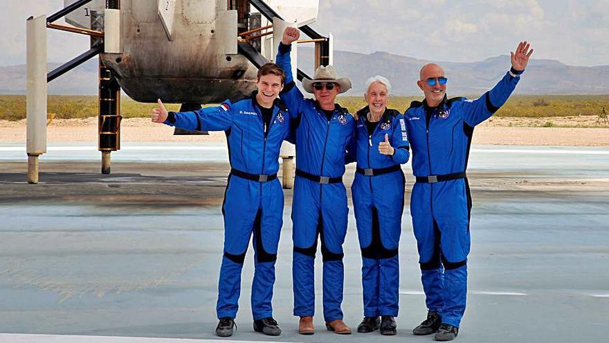 El multimilionari Jeff Bezos salta a l'espai durant deu minuts i deu segons