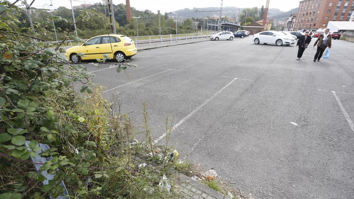 El aparcamiento próximo al apeadero de tren de Villalegre.