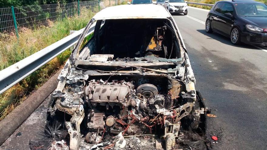 Arde un coche en Baiona sin causar heridos