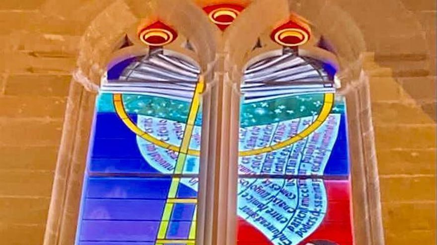 So sieht das neue Glasfenster von Nils Burwitz in der Kirche von Algaida aus